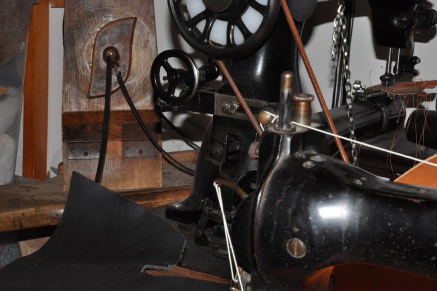 Száz éves lábbal hajtós bőrvarrógéppel