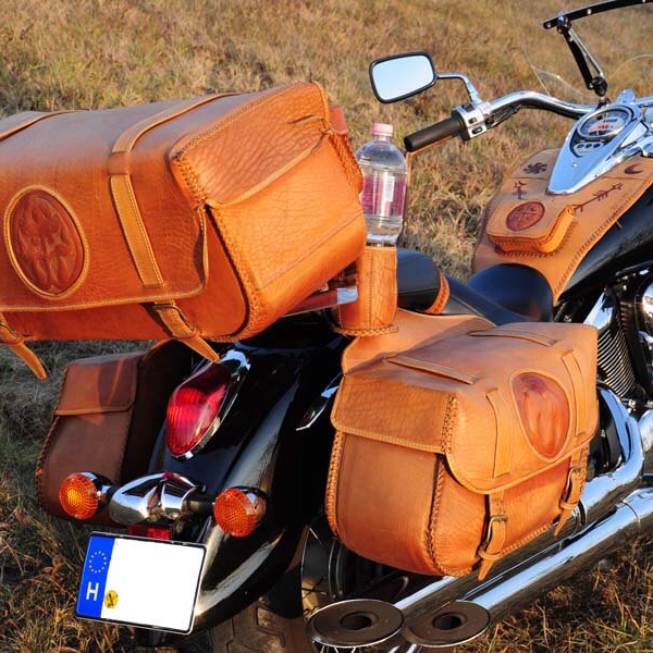 Egyedi, kézzel készült bőr motoros táska kollekció natúr színekben, domborított és festett díszítéssel