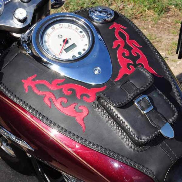 Egyedi, kézzel készült, bőr motoros hátsó táska bordó mintával