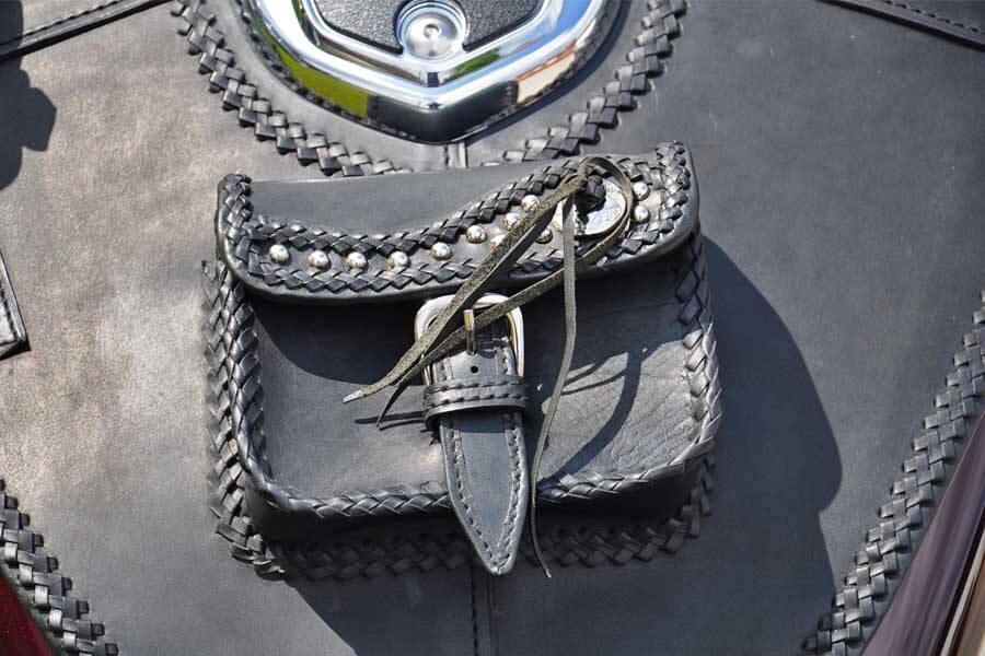 Kézzel szabott bőrszálakból, kézzel végigfűzött táska