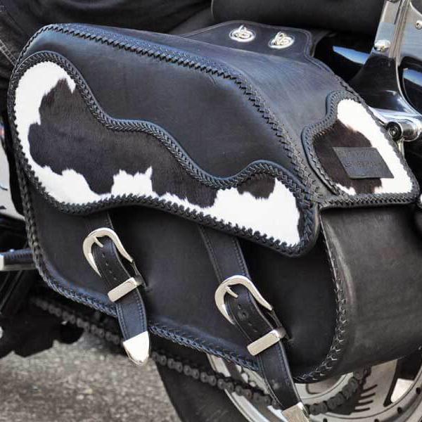 Egyedi, kézzel készült bőr motoros nyeregtáska szőrrel díszítve