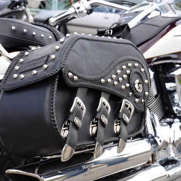Egyedi, kézzel készült bőr motoros táska kollekció szegecses díszítéssel