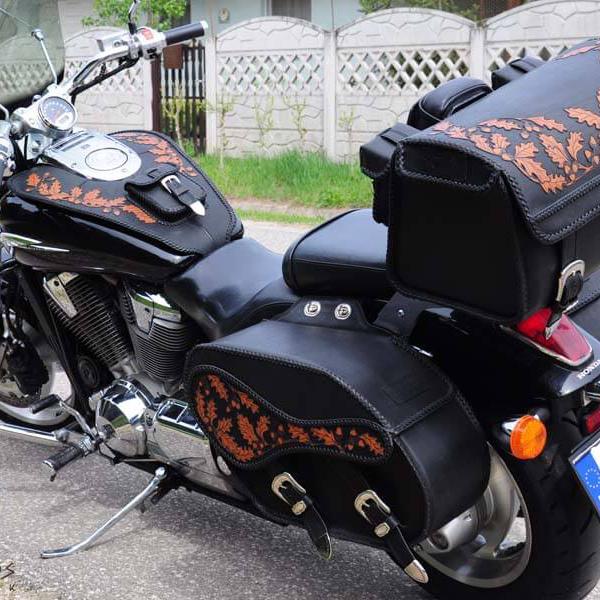 Egyedi, kézzel készült bőr motoros táska kollekció tölgyleveles díszítéssel